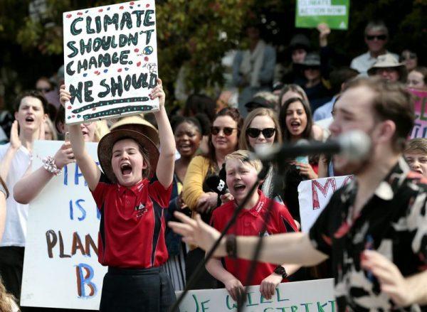 Nem az éghajlatnak kell változnia, hanem nekünk! jelentésű transzparenst tart fel egy kislány az éghajlatváltozás ellen Global Strike 4 Climate jelszóval meghirdetett országos környezetvédelmi demonstráción a tasmániai Launcestonban. Fotó: Barbara Walton/MTI/EPA)