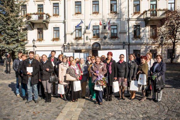 Tavaly Veszprémben adták át a díjat, ahol többek között Kisné Lovasi Mária, aki 40 évig dolgozott szociális munkásként, életműdíjat kapott. Fotó: joszolgalatdij.hu