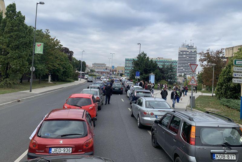 Egy hónapon keresztül, a hét minden munkanapján, egyelőre reggelenként tartanak félpályás forgalomlassító megmozdulást a Kossuth iskola előtt. Fotók: Soós Gábor és a szerző