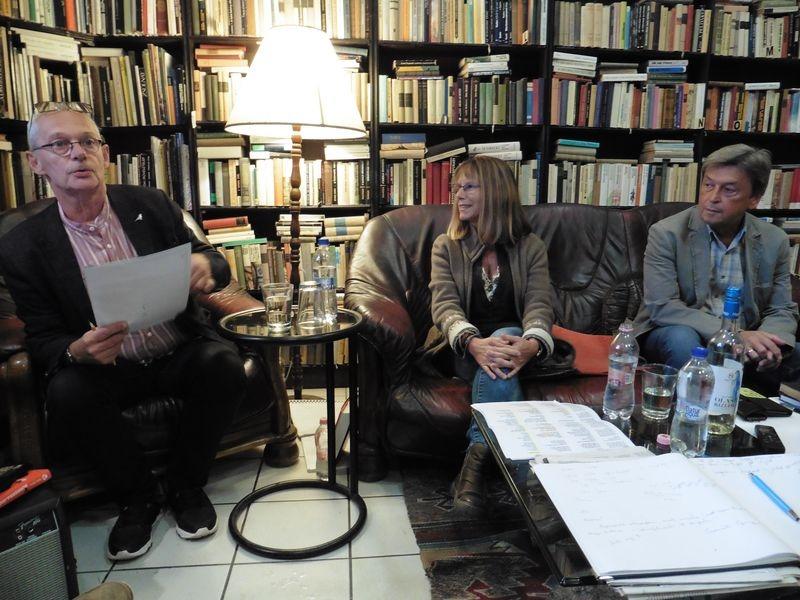 Krámer Györgyben a Hair című musicalről folytatott beszélgetés után merült fel annak az ötlete, hogy érdekes embereket kérdezzen az Utasban, a kép is akkor készült. Balról jobbra: Krámer György, Marton Lívia, a Hair dalszövegeinek egyik fordítója és Vándorfi László, a Pannon Várszínház igazgatója, a Hair rendezője. Fotó: Veszprém Kukac archív