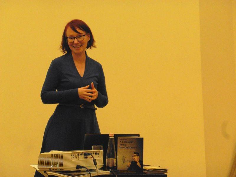 Klausz Melinda sok-sok példával illusztrálta a közösségi médiában tapasztalható konfliktushelyzeteket a könyvbemutatón. Fotó: a szerző