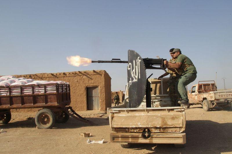 A törökökkel szövetséges arab erők a török határ menti kurd települést, Tell Abiádot ostromolták. Fotó: Amir Hasan/Anadolu Agency