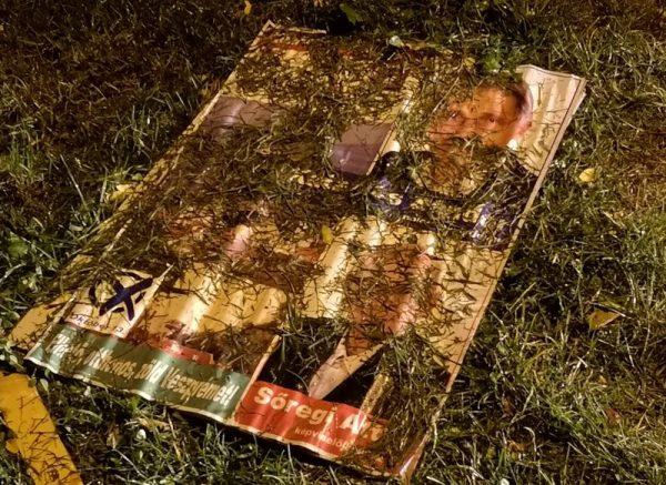Az ellenzéki összefogás plakátja a sárban. Fotók: a szerző