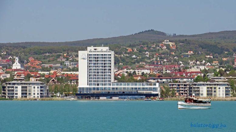 A Füred Hotel és a mellette lévő luxusapartmanok előtti partszakasz a jelenlegi és az elfogadás előtt álló szabályozás szerint is nyitott parti sétányként szerepel. Fotó: Győrffy Árpád