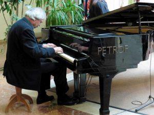 Kovács Attila zeneszerző és zongoraművész első diplomáját az intézményben szerezte 1979-ben