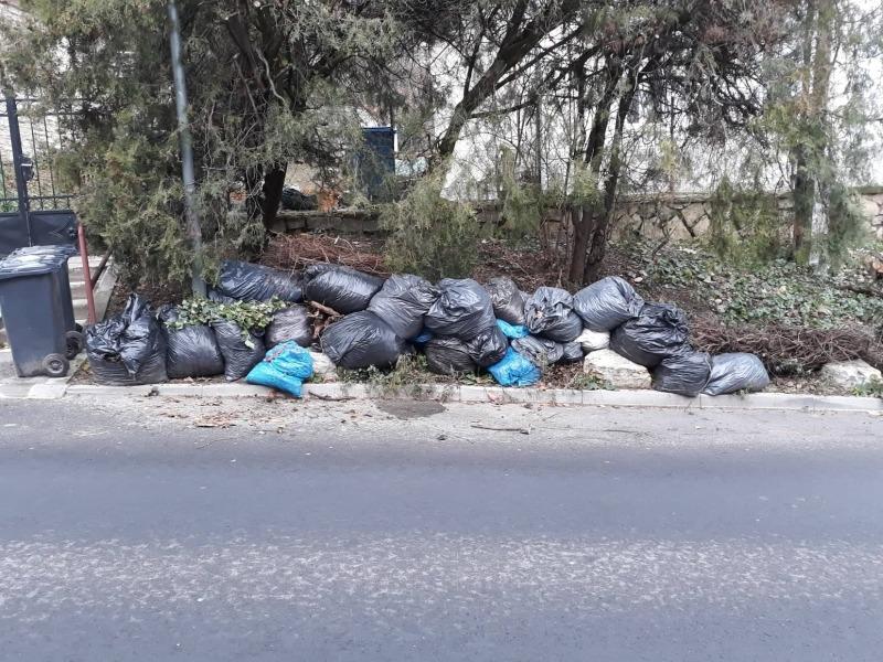 A Toborzó utcában már többször vissza kellett termelni a zsákokat az útpadka mögé. Fotók: a szerző