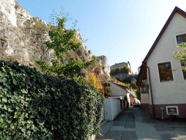 A vár alatt húzódó Kollégium és Tobak utcákon és a házak környékén szinte mindenki veszélyeztetett