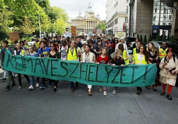 Klímatüntetés Budapesten. A jövőnk a tét. Fotó: MTI