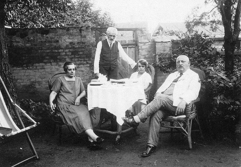 A képen középen áll Cholnoky Jenő földrajztudós, mellette ül a felesége, Fink Ida. Fotó: Fortepan, adományozó Cholnoky Tamás