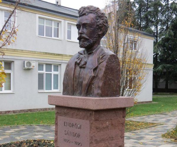 Raffay István szobra Endrődi Sándorról. Fotó: kozterkep.hu