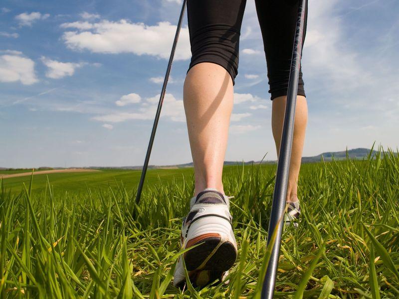 Remek mozgásforma a nordic walking. Képünk illusztráció