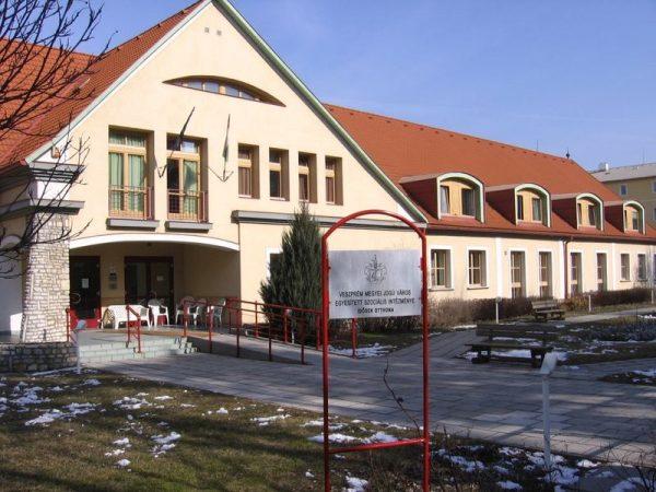 A Török Ignác utcai (I. számú Idősek Otthona) épületben a villamos hálózat nincs jó állapotban. Fotó: mapio.net