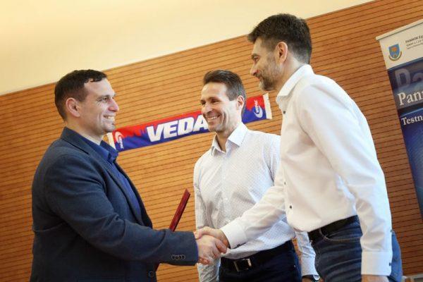 A képen balról jobbra: Németh Attila, a VEDAC ügyvezető igazgatója, Szentessy Balázs, a VESC ügyvezető elnöke és dr. Edvy László, a Pannon Egyetem Testnevelési és Sport Intézetének igazgatója. Fotó: VEDAC