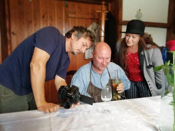 A film operatőre, Ladányi János, az író-rendező Máté P. Gábor és az egyik szereplő, Módri Györgyi. Fotók: SzeretFilm Stúdió, Ladányi János