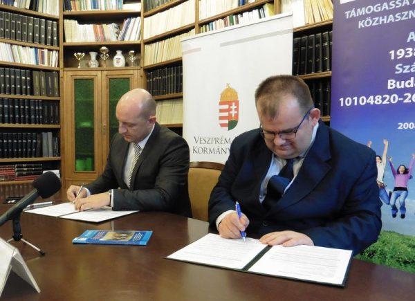 Takács Szabolcs kormánymegbízott és Molnár Roland, a VVHHFE elnöke aláírják az együttműködési megállapodást. Fotó: a szerző
