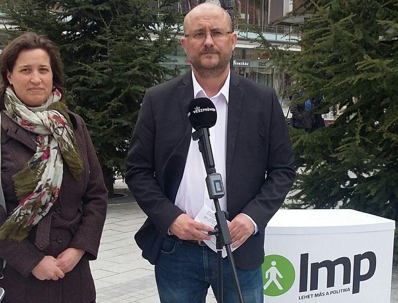 Szendefy Mária, az LMP országos elnökségi tagja és Gerstmár Ferendc önkormányzati képviselő a sajtótájékoztatón. Fotó: LMP