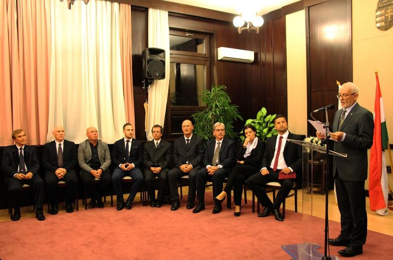 A balatonalmádi képviselők eskütétele a tavalyi önkormányzati választások után. Kép forrása: balatonalmadi.hu