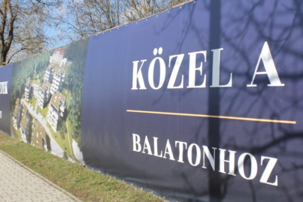 Lakóparki hirdetés Balatonkenesén. Fotó: Mester Nándor