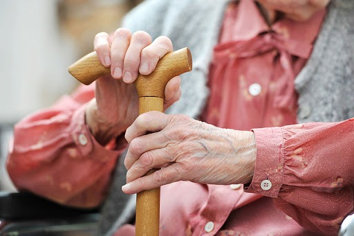 Fontos, hogy tájékoztassuk a környezetünkben élő, egyedülálló időseket, betegeket is. Képünk illusztráció