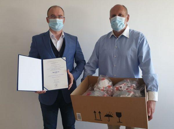 Az adományt a Hit Gyülekezete képviseletében Nagy Imre adta át a kórház főigazgatójának, dr. Lippai Norbertnek (a kép bal oldalán)