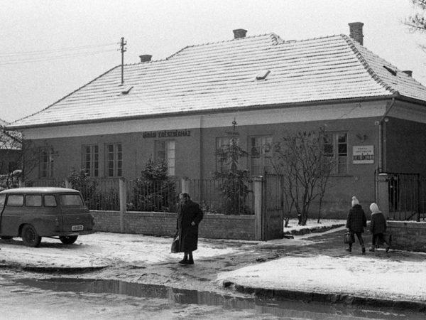 Az 1940 után épült járási egészségház Monoron 1971-ben. Fotó: Fortepan