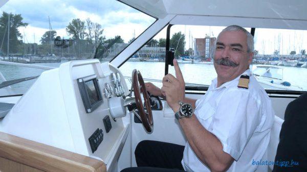 A képen Balu kapitány, az az Nyárádi Zoltán a Hunor gyorshajó kormányánál. A háttérben a siófoki vitorláskikötő és a Hotel Móló. A hajót és a hotelt eladnák, a kikötőt kiszerveznék. Fotó: Győrffy Árpád