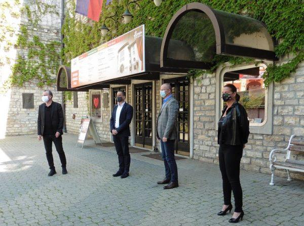 Sajtótájékoztató a Veszprémi Petőfi Színház épülete előtt. Balról jobbra: Oberfrank Pál, Ovádi Péter, dr. Lippai Norbert, Kellerné Egresi Zsuzsanna. Fotó: a szerző
