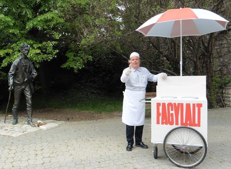 A sajtótájékoztató résztvevőit a Keménykalap és krumpliorr Bagamérije (Kőrösi Csaba) várta. Fotók: a szerző