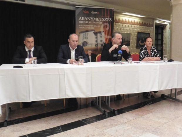A képen balról jobbra: Ovádi Péter országgyűlési képviselő, Porga Gyula polgármester, Oberfrank Pál, a Veszprémi Petőfi Színház igazgatója és Kellerné Egresi Zsuzsanna, a színház igazgatóhelyettese