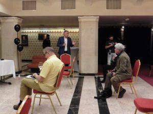 Varga Péter (kék öltönyben) bemutatta a színház hivatalos pezsgőjét