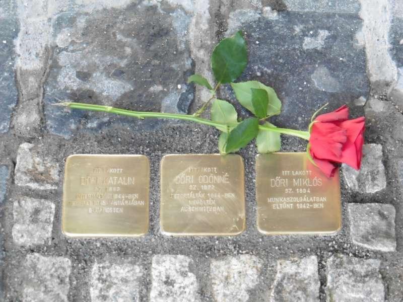 A holokauszt veszprémi áldozatainak emlékére 2018 augusztusában Gunter Demnig német szobrászművész botlatóköveket helyezett el. Fotó: Veszprém Kukac archív