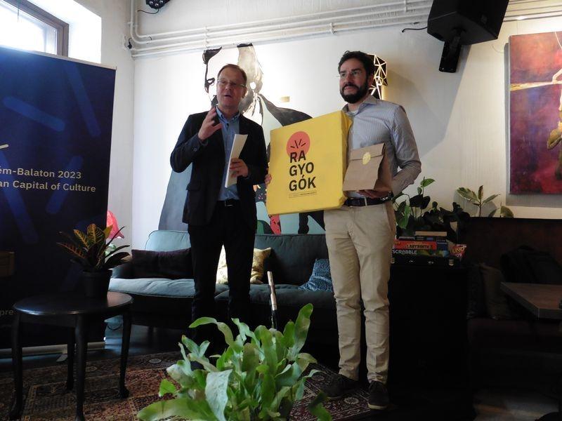 Balról Navracsics Tibor kormánybiztos, jobbról Köller Tamás, a szlogenpályázat nyertese. Fotók: a szerző