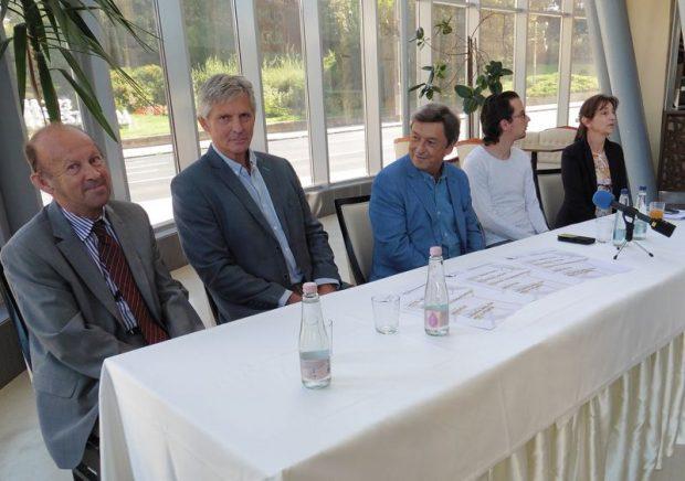 A képen alról jobbra: Bakonyi József, a Pannon Várszínház régi támogatója, Ferenczy Gábor, Alsóörs alpolgármestere, Vándorfi László, a Pannon Várszínház igazgatója, Szelle Dávid színész és Molnárné Simon Anikó, a teátrum marketingmenedzsere. Fotó: a szerző