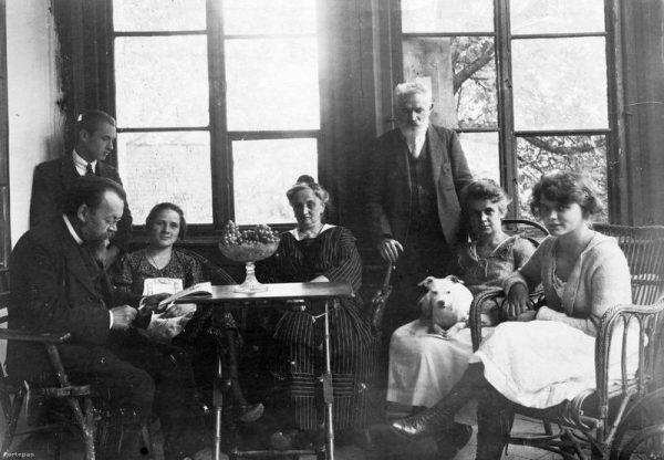 A Cholnoky és a Fink család tagjai a révfülöpi Hegyi villa verandáján. Fotó: Cholnoky Tamás/Fortepan