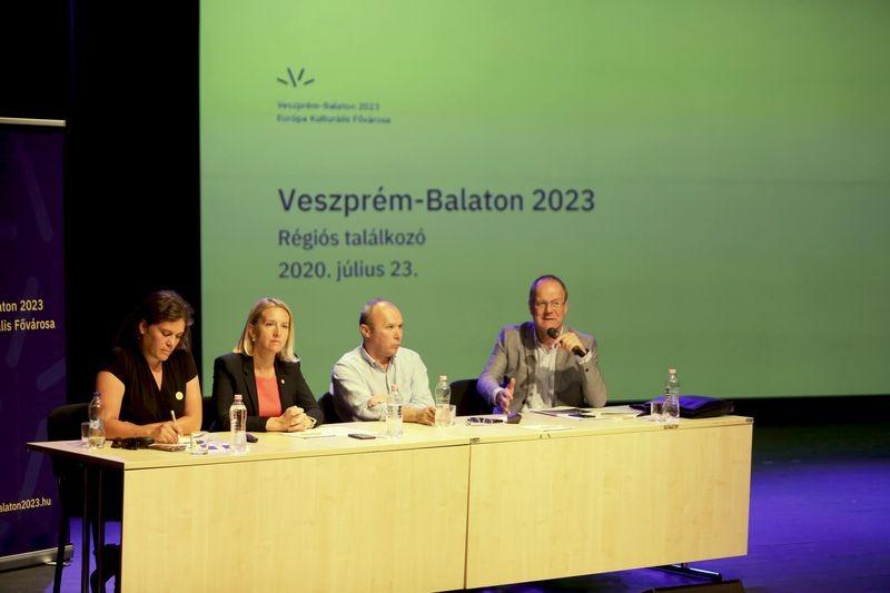 A képen balról jobbra: Mike Friderika, Markovits Alíz,  Porga Gyula és dr. Navracsics Tibor