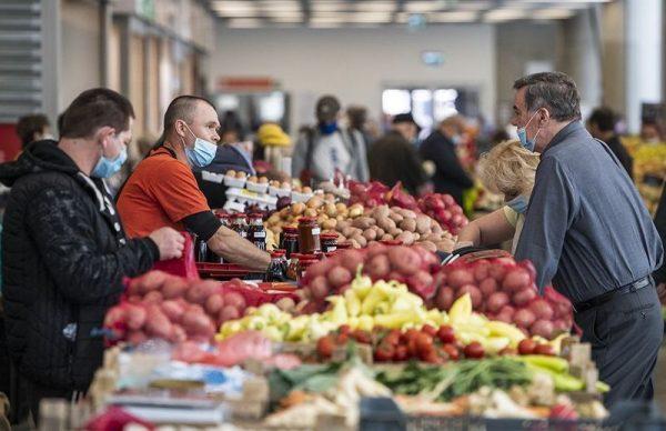 Az élelmiszerárak a csillagos égen. Fotó: Mónus Áron/MTI