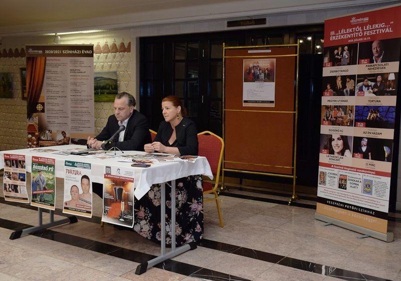 Oberfrank Pál, a teátrum igazgatója és Kellerné Egresi Zsuzsanna igazgatóhelyettes. Fotó: Veszprémi Petőfi Színház
