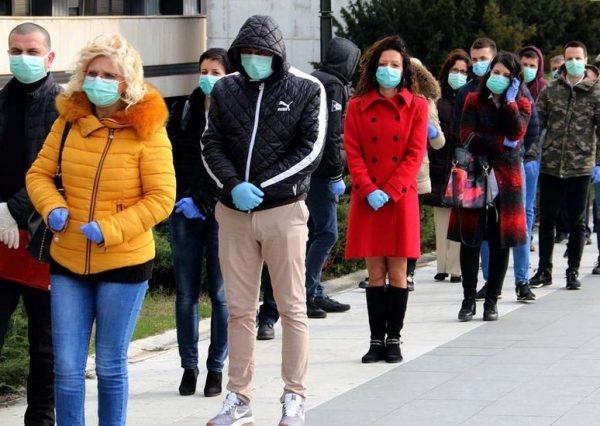 Azokban a városokban, ahol rendkívüli helyzetet hirdettek, egyre többet viselik a maszkot. Fotó: Danas