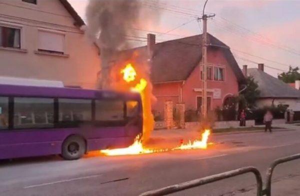 Lángolt a busz a Tizenháromváros téren. Fotó: levadaszva.hu