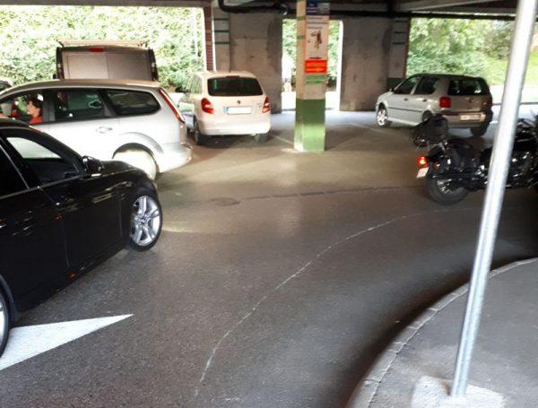 Aszürke csíkot az eldőlt motorkerékpár húzta az aszfalton. A fotókat a balesetet szenvedett olvasónk készítette