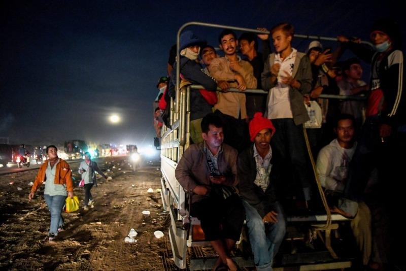 Ingázó ruhagyári dolgozók Kambodzsában. Fotó: AFP