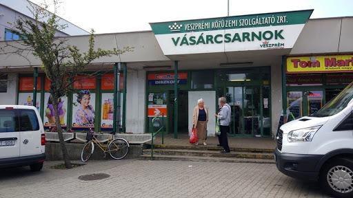A V-Busz ügyfélszolgálata a vásárcsarnokban van. Fotó: 8200.hu