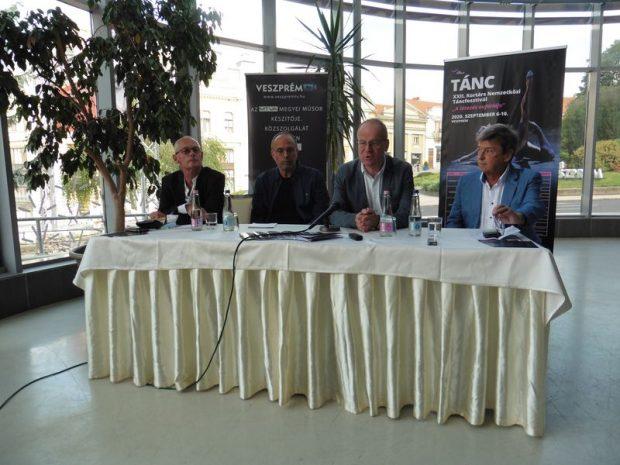 A képen balról jobbra: Krámer György, Can Togay János, dr. Navracsics Tibor és Vándorfi László. Fotó: a szerző