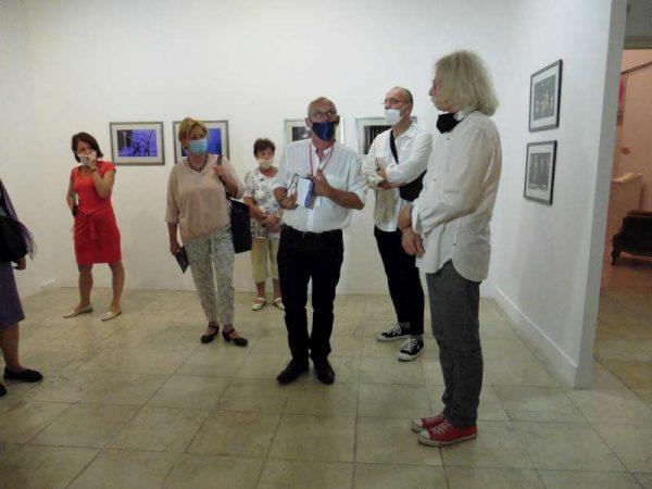 Krámer György (kék maszkban) Gáspár Gábort (szokásos piros cipőjében) faggatja a kiállítás megnyitóján. Fotók: a szerző