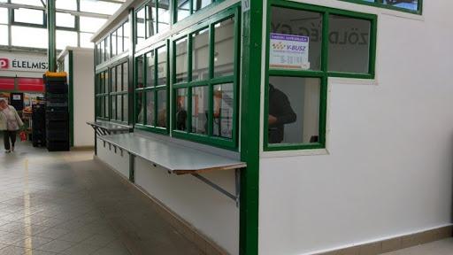 A V-Busz ügyfélszolgálata a vásárcsarnokban. Fotó: 8200.hu