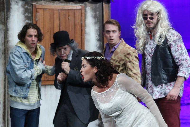 Pillanatfelvétel A makrancos hölgy című előadásból. Fotó: Pannon Várszínház