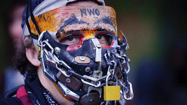 Egy maszk- és oltásellenes tüntető Montréalban. Fotó: Paul Chiasson/The Canadian Press via AP