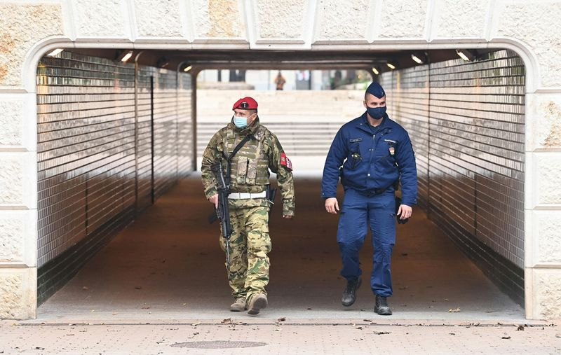 Rendőr és katona járőrözik a budapesti Jászai Mari téren 2020. november 16-án. Az osztrák és francia kutatók vizsgálatának eredményei szerint az ilyen rendvédelmi intézkedések a legkevésbé hatékonyak közé tartoznak a járvány elleni védekezésben. Fotó: Bruzák Noémi/MTI/MTVA