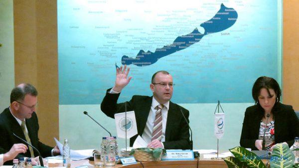 Bóka István szavaztat és szavaz a Balaton Fejlesztési Tanács egy öt évvel ezelőtti ülésén. Fotó: Győrffy Árpád