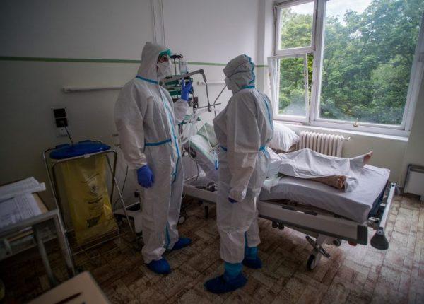 Védőfelszerelést viselő ápolók egy beteget látnak el a koronavírussal fertőzött betegek fogadására kialakított intenzív osztályon az Országos Korányi Pulmonológiai Intézetben május 5-én. Fotó: MTI/Balogh Zoltán